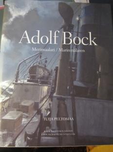 Merimaalari Adolf Bockin (1890-1968) elämä yli kahden maailmansodan ja kolmen kotimaan rajojen Saksasta Suomeen ja Ruotsiin. Kuvituksena runsaasti maalauksia suomalaisten laivojen ja merenkulun historiasta.